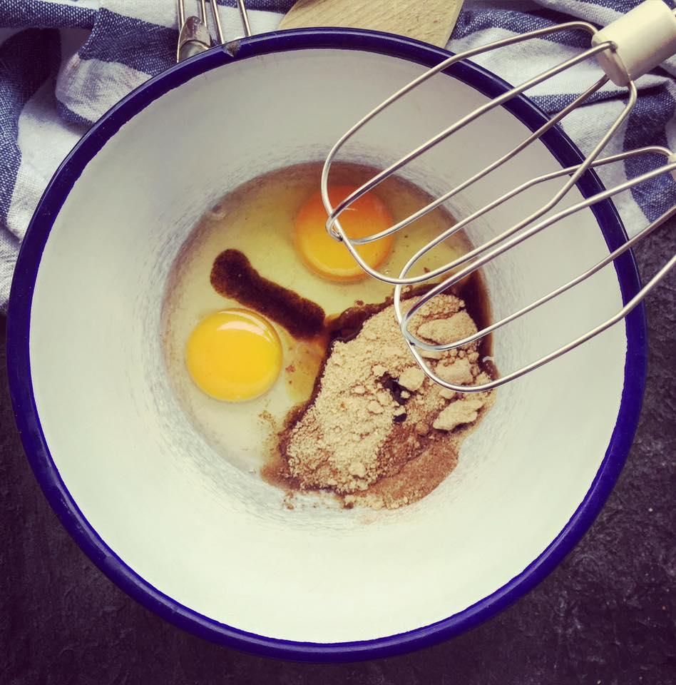 Eier mit Zucker schaumig schlagen