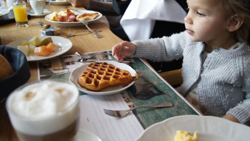 Alma beim Frühstück