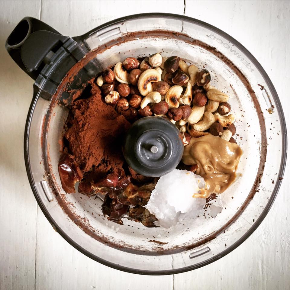 Zutaten fuer Haselnuss-Kakao Bliss Balls in Mixer geben