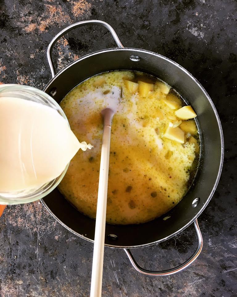 angeschwitzte-zwiebel-mit-milch-aufgiessen