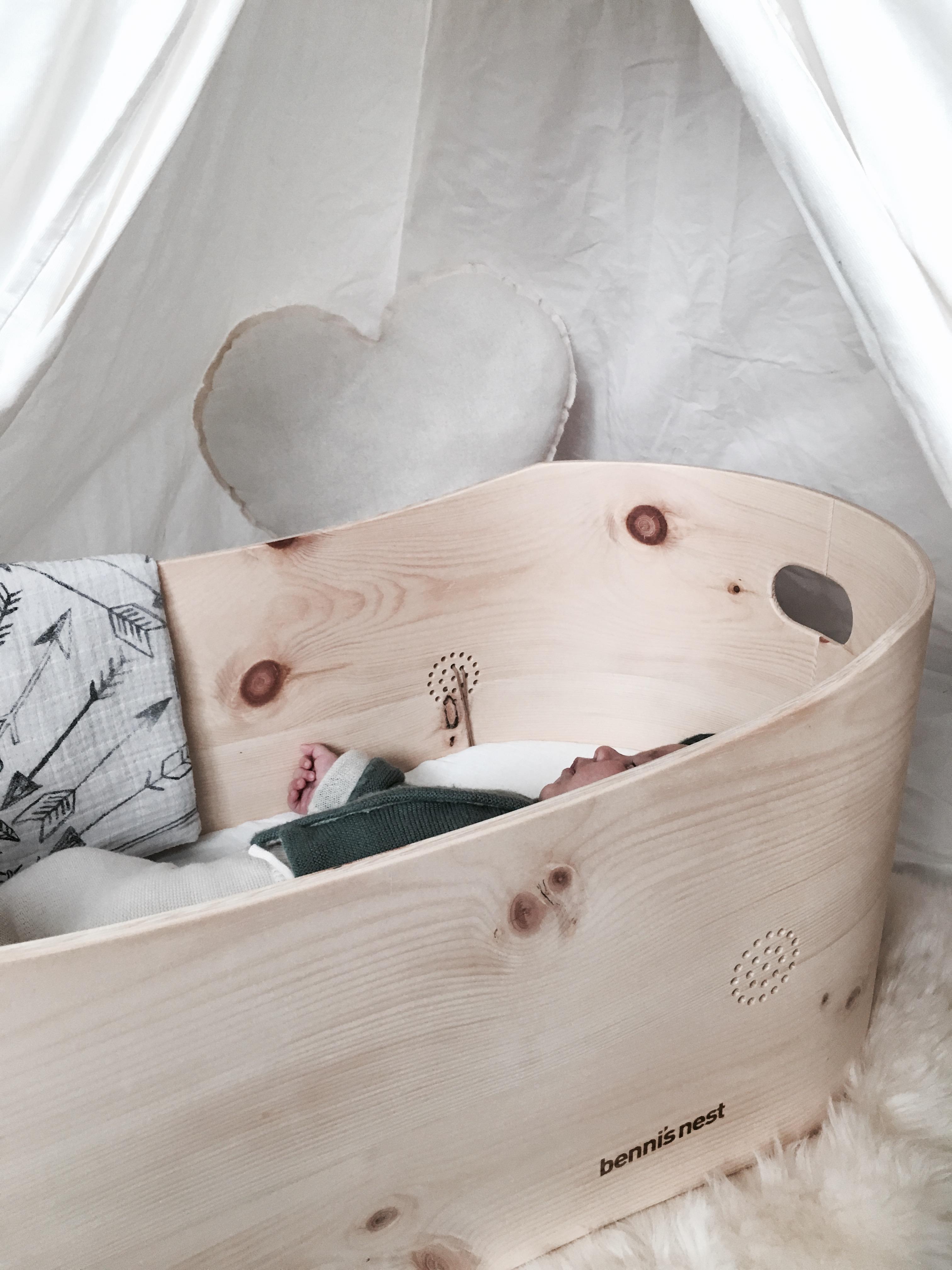 benni 39 s nest ein babybett aus zirbenholz f r viele generationen salon mama. Black Bedroom Furniture Sets. Home Design Ideas